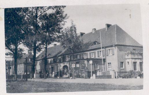 Niemiecki Urząd Celny przy przejściu granicznym, sąsiedni dom szkoły III. w Rudzie Śl.